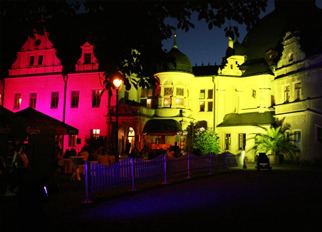Start 12 - beleuchtetes Schloss von der Hofseite