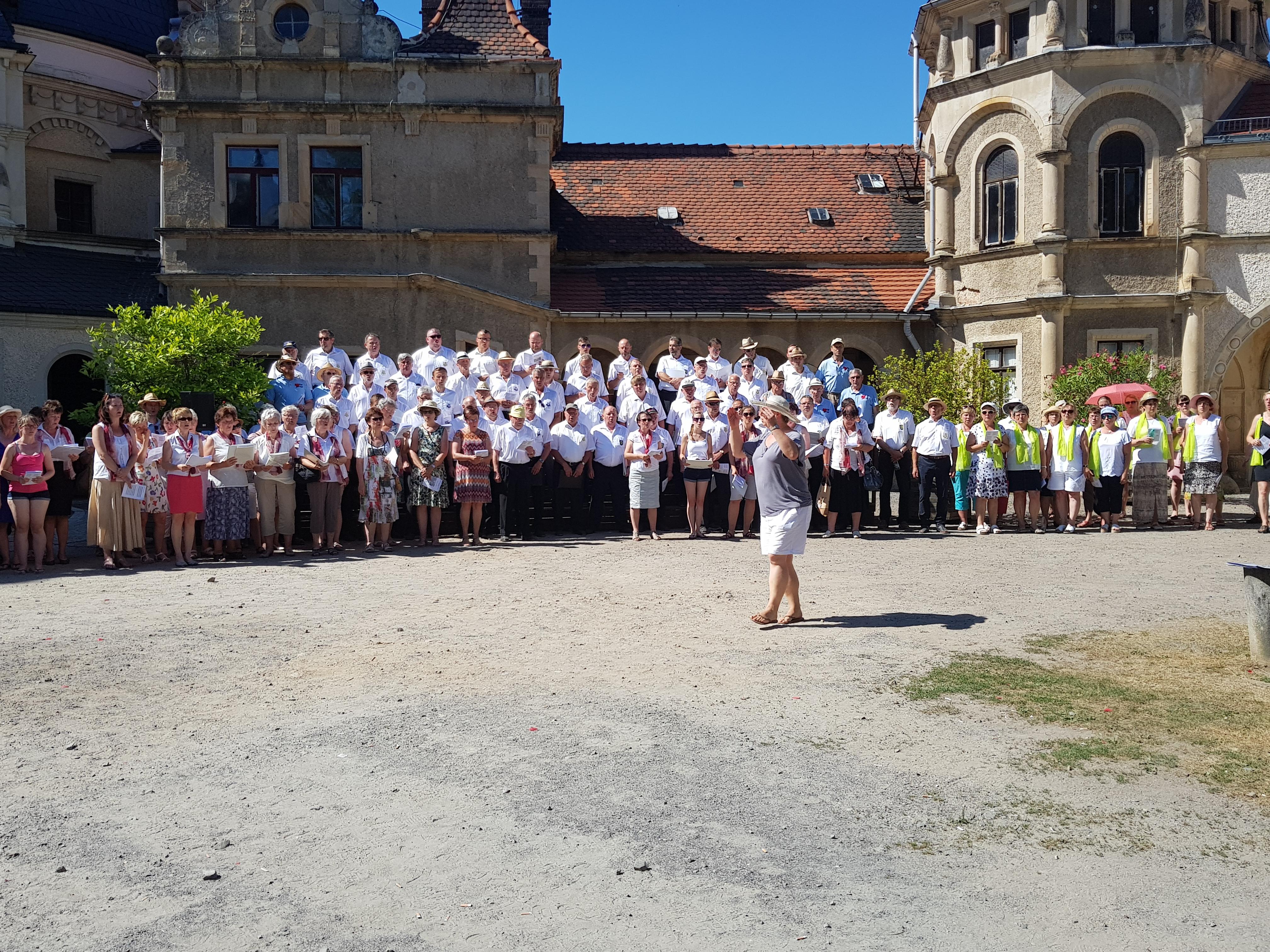 Großes Volksliedersingen für alle Generationen auf dem Schlosshof