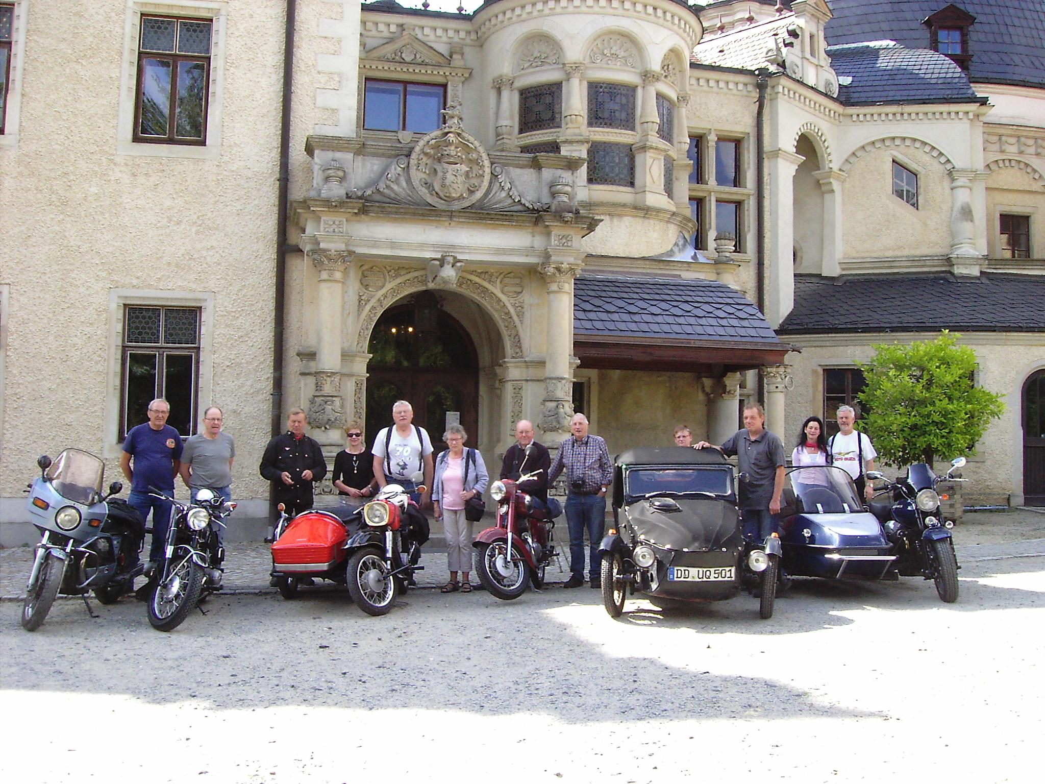 Oldtimer- Mopeds und Motorräder im Traumschloss zu Besuch