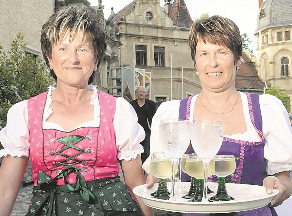 Start 07 - Im Weißen Rösl - Weinserviererinnen