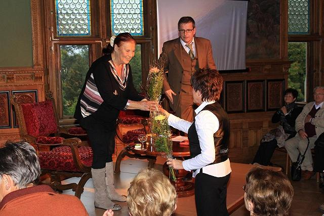 Start 10 - Frau Karruseit im Festsaal