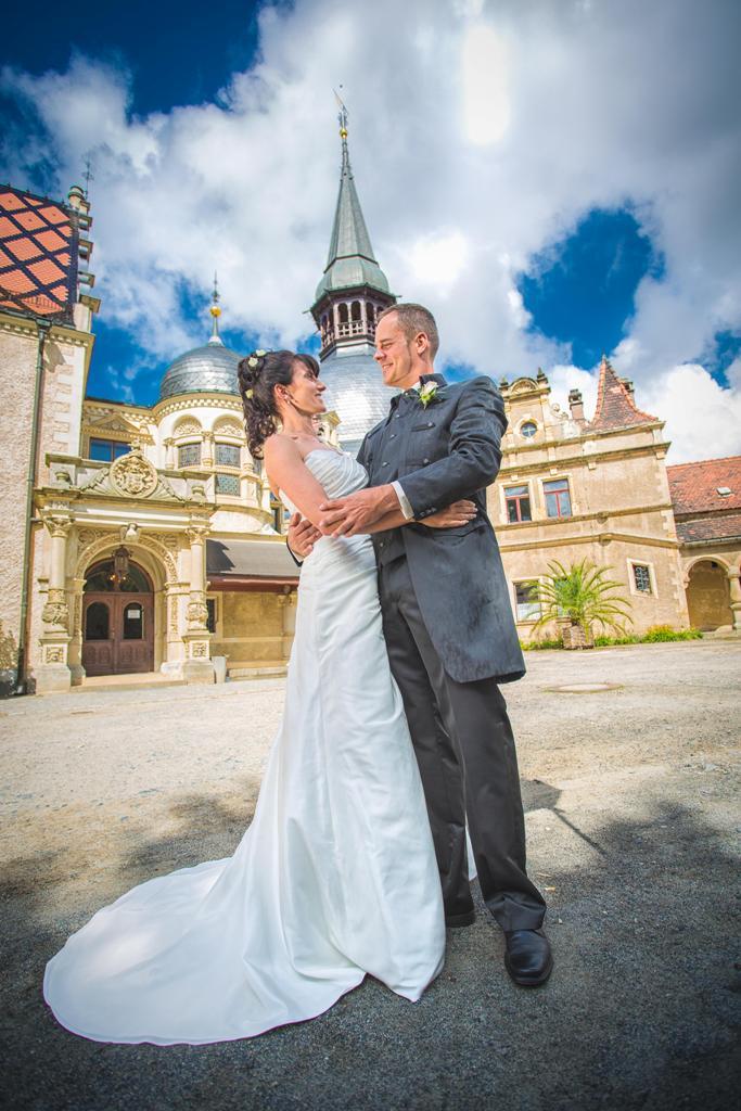 Start 11 - Hochzeitspaar auf dem Schlosshof