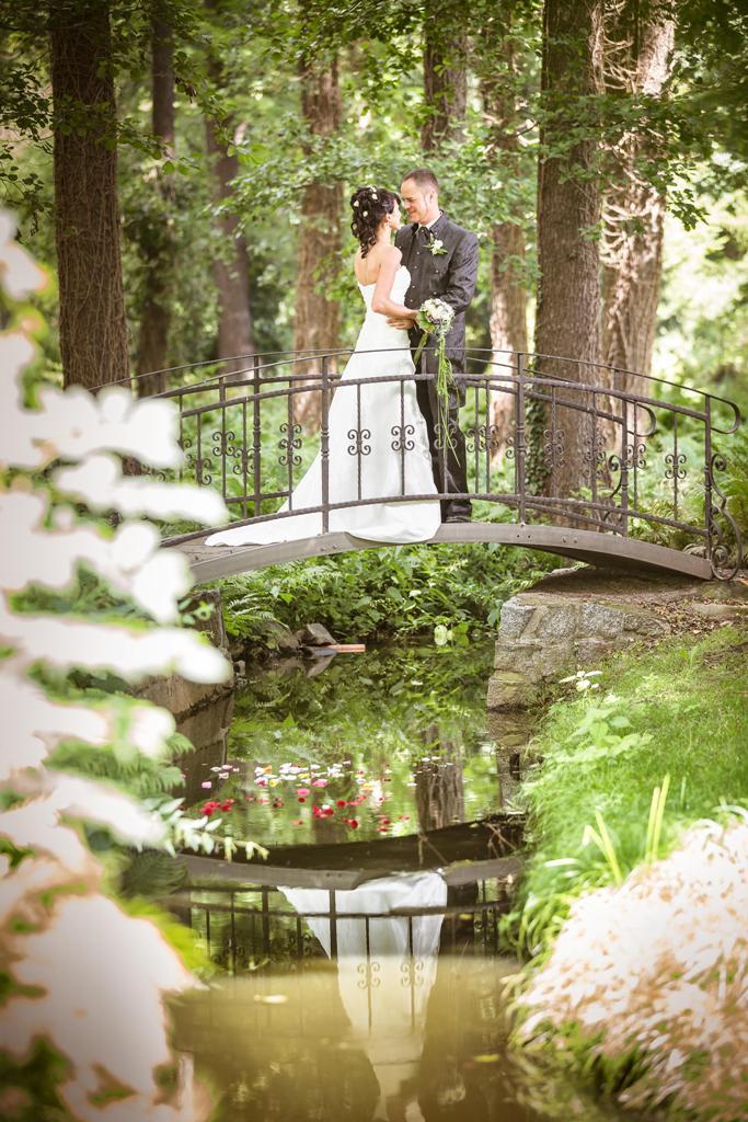 Start 12 - Hochzeitspaar auf der Brücke im Park